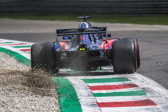 Brendon Hartley, Scuderia Toro Rosso STR13 envoie du gravier dans les airs