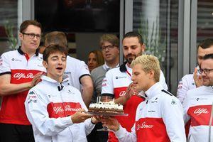 La Sauber festeggia con Marcus Ericsson, Sauber e Charles Leclerc, Sauber