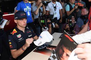 Max Verstappen, Red Bull Racing firma autógrafos