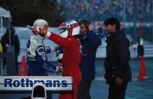 Nigel Mansell, Williams feliciteert Jean Alesi, Ferrari