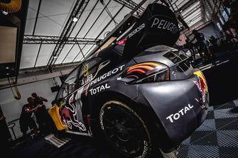 Car of Sébastien Loeb, Team Peugeot Total en la zona del equipo