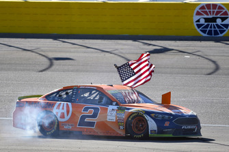 Brad Keselowski, Team Penske, Ford Fusion Autotrader, festeggia la vittoria