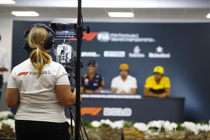 Una cámara graba a Pierre Gasly, Toro Rosso, Daniel Ricciardo, Red Bull Racing, Fernando Alonso, McLaren, y Carlos Sainz Jr., Renault Sport F1 Team, en rueda de prensa