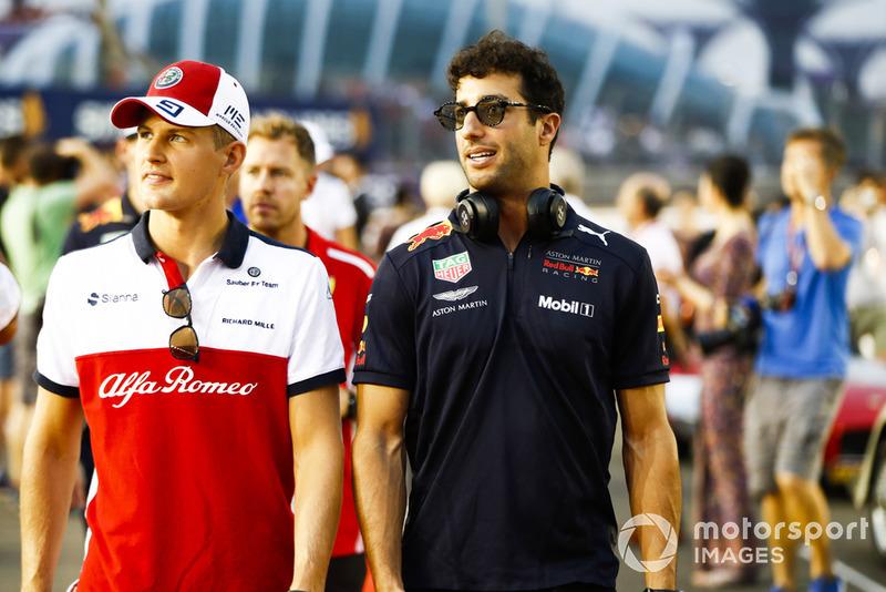 Marcus Ericsson, Sauber, y Daniel Ricciardo, Red Bull Racing, en el desfile de pilotos