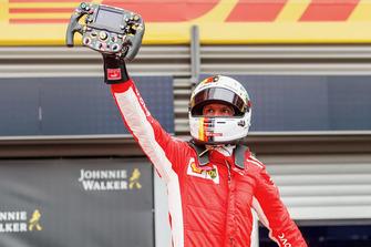 Winnaar Sebastian Vettel, Ferrari juicht in parc ferme met het Ferrari SF71H-stuur