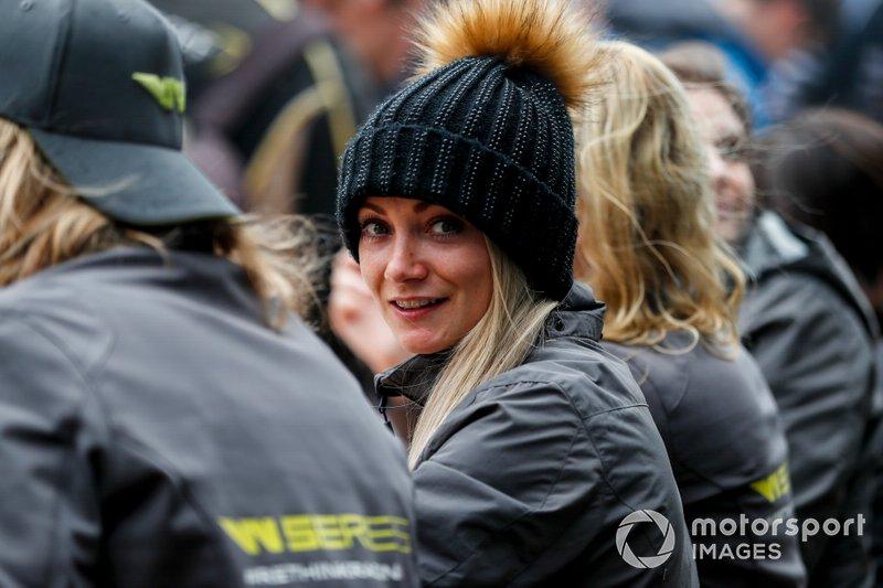 Jessica Hawkins en la sesión de autógrafos de las pilotos
