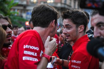 Charles Leclerc, Ferrari habla con un aficionado mientras firma un autógrafo