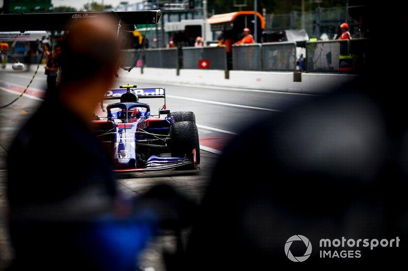 Pierre Gasly, Toro Rosso STR14, va ai box