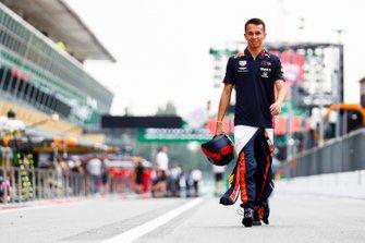 Alexander Albon, Red Bull Racing cammina in pit lane