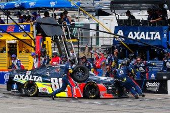 Alex Bowman, Hendrick Motorsports, Chevrolet Camaro Axalta pit stop