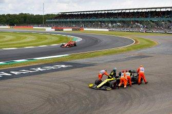 Charles Leclerc, Ferrari SF90 sorpassa l'auto di Daniel Ricciardo, Renault F1 Team R.S.19 che viene spinta dai marshal dopo essersi fermata in pista