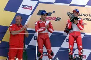 Podium : le vainqueur Max Biaggi, Yamaha, le deuxième Carlos Checa, Yamaha