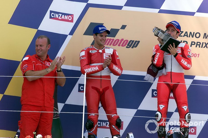 Podio: Ganador Max Biaggi, Yamaha, segundo Carlos Checa, Yamaha