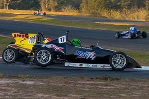 João Pedro Maia (#200) e Oscar Moraes (#17) na disputa pela liderança na 2ª prova em Piracicaba, que terminou com o toque entre os dois pilotos. Crédito: Adilson Zavarize/Divulgação FVee