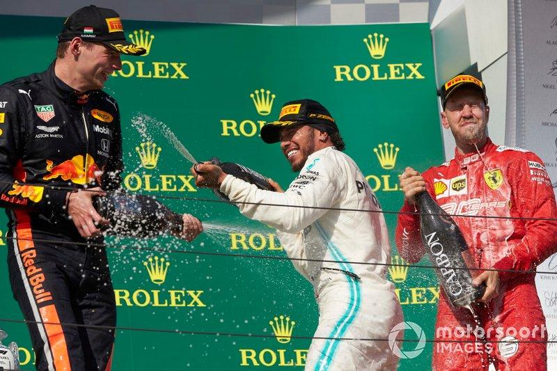 Il secondo classificato Max Verstappen, Red Bull Racing, il primo classificato Lewis Hamilton, Mercedes AMG F1, e il terzo classificato Sebastian Vettel, Ferrari, festeggia con lo Champagne sul podio