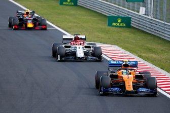 Lando Norris, McLaren MCL34, lidera Kimi Raikkonen, Alfa Romeo Racing C38, y Pierre Gasly, Red Bull Racing RB15