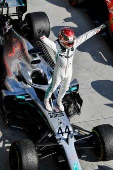 Lewis Hamilton, Mercedes AMG F1 W10, viert zijn zege in parc fermé