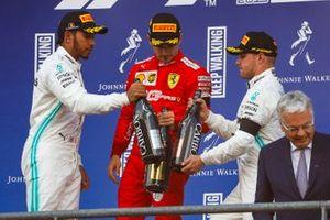 Podio: segundo lugar Lewis Hamilton, Mercedes AMG F1, ganador de la carrera Charles Leclerc, Ferrari, y el tercer lugar Valtteri Bottas, Mercedes AMG F1