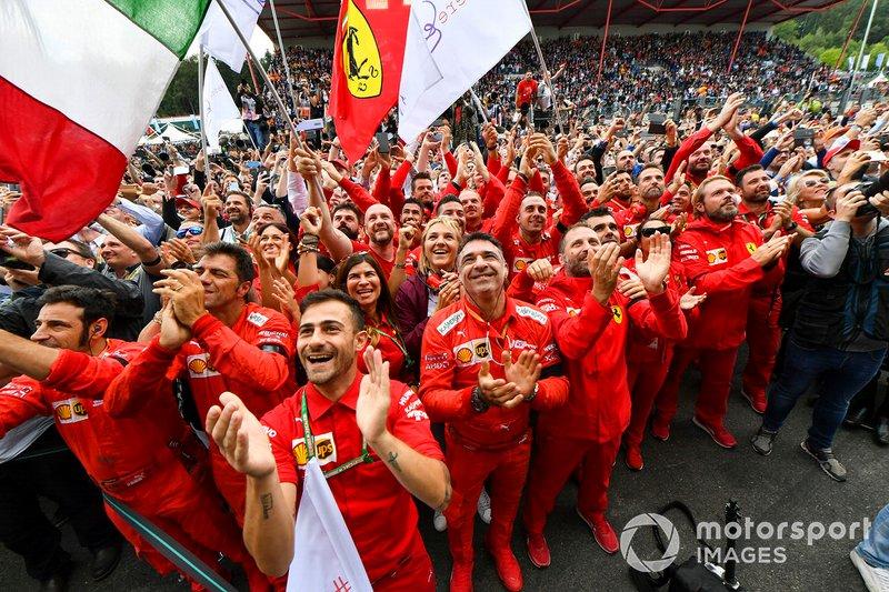 El equipo Ferrari se reúne para celebrar la victoria en el podio