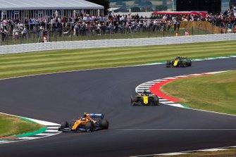 Lando Norris, McLaren MCL34, Daniel Ricciardo, Renault F1 Team R.S.19, y Nico Hulkenberg, Renault F1 Team R.S. 19