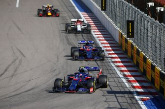Pierre Gasly, Toro Rosso STR14, devant Daniil Kvyat, Toro Rosso STR14, Kimi Raikkonen, Alfa Romeo Racing C38, et Alex Albon, Red Bull RB15