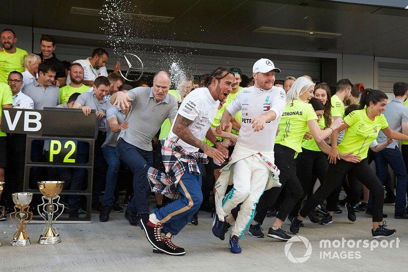 Lewis Hamilton, Mercedes AMG F1, 1ª posición, Valtteri Bottas, Mercedes AMG F1, 2ª posición, y el equipo Mercedes celebran