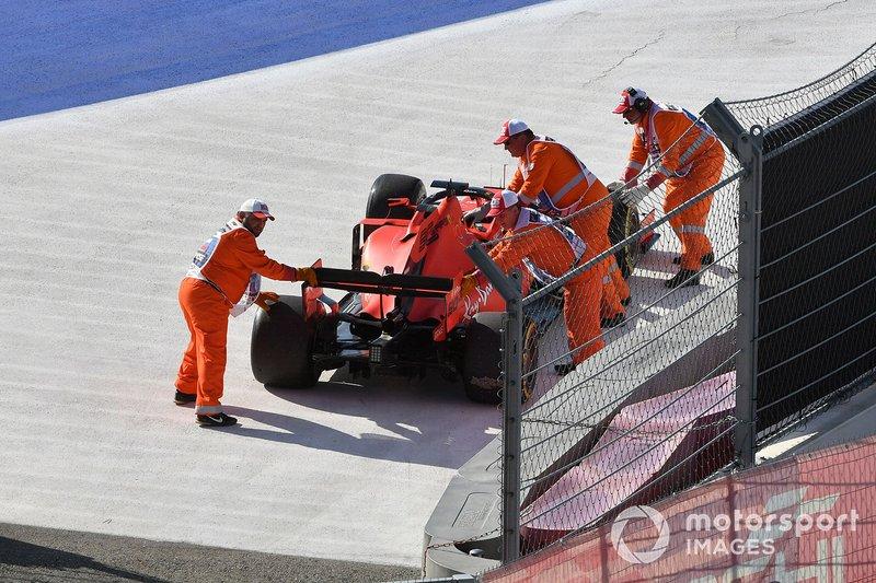 Marshal spostano l'auto di Sebastian Vettel, Ferrari SF90