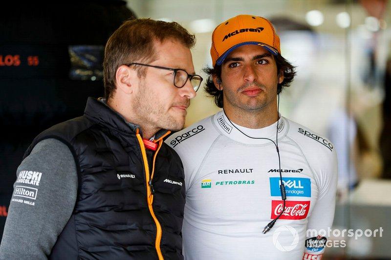 Andreas Seidl, Director de Equipo, McLaren, y Carlos Sainz Jr, McLaren