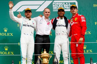 Valtteri Bottas, Mercedes AMG F1, il vincitore della gara Lewis Hamilton, Mercedes AMG F1 e Charles Leclerc, Ferrari, sul podio