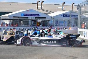 Jose Maria Lopez, Dragon Racing, Penske EV-3 fa un testacoda davanti a Andre Lotterer, DS TECHEETAH, DS E-Tense FE19, Oliver Turvey, NIO Formula E, NIO Sport 004