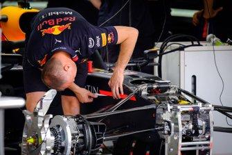 Un membro del team Red Bull Racing al lavoro su una Red Bull Racing RB15