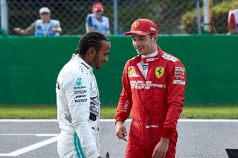 Lewis Hamilton, Mercedes AMG F1 y el ganador de la pole Charles Leclerc, Ferrari en Parc Ferme