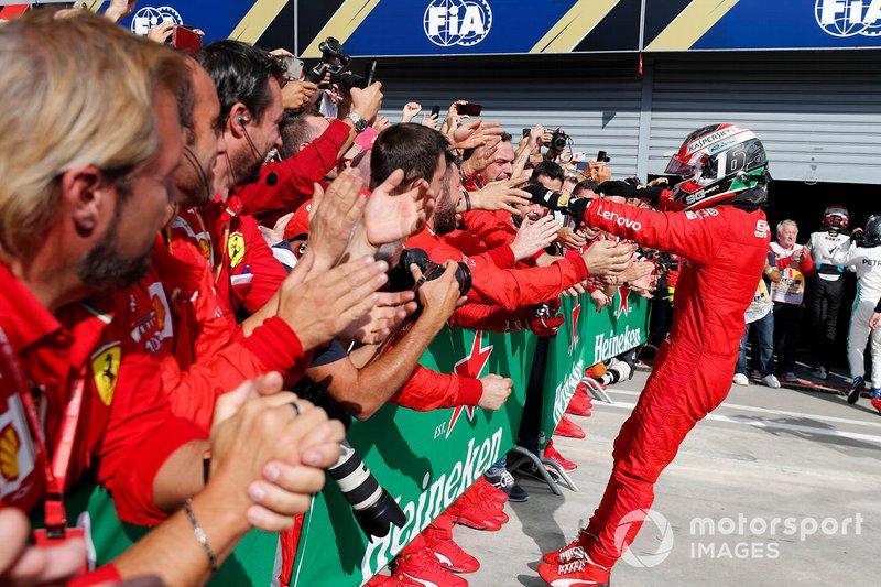 Charles Leclerc, Ferrari, ganador de la carrera celebra con el equipo en Parc Ferme
