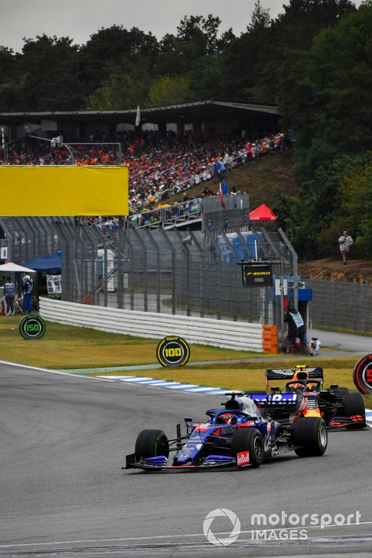 Daniil Kvyat, Toro Rosso STR14, lidera Pierre Gasly, Red Bull Racing RB15