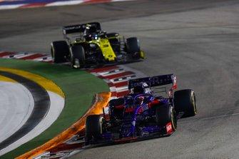 Daniil Kvyat, Toro Rosso STR14, leads Daniel Ricciardo, Renault F1 Team R.S.19
