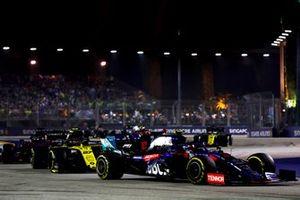 Pierre Gasly, Toro Rosso STR14, en Nico Hulkenberg, Renault F1 Team R.S. 19