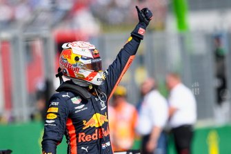Max Verstappen, Red Bull Racing, viert zijn eerste pole-position in de Formule 1