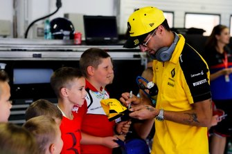 Daniel Ricciardo, Renault F1 Team signs an autograph for a Grid Kid