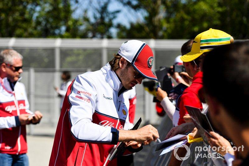 Antonio Giovinazzi, Alfa Romeo Racing signe un autographe pour un fan