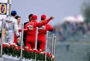 Podio: il vincitore Michael Schumacher, Ferrari, il secondo Kimi Raikkonen, McLaren, il terzo Rubens Barrichello, Ferrari