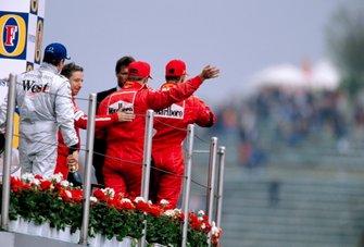 Podium : le vainqueur Michael Schumacher, Ferrari, le second Kimi Raikkonen, McLaren, le troisième Rubens Barrichello, Ferrari