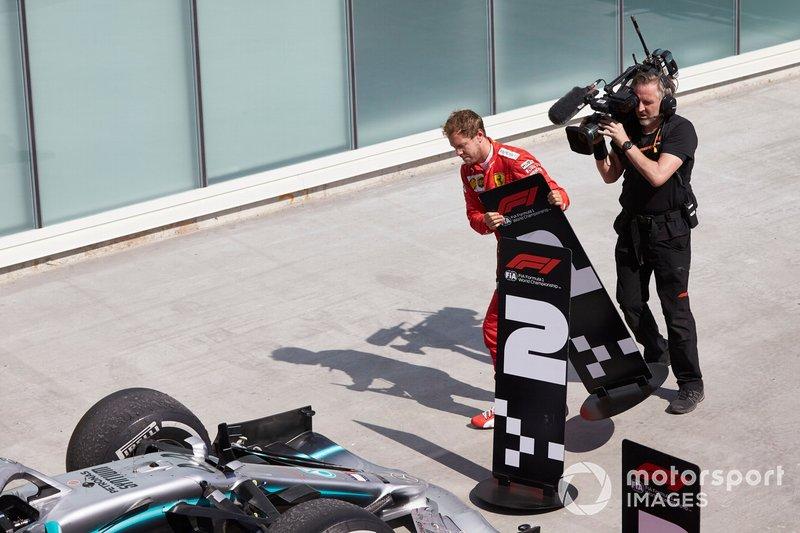 Себастьян Феттель, Ferrari, переставляє таблички перед болідами