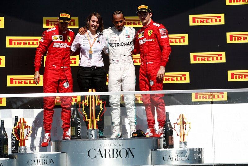 Sebastian Vettel, Ferrari, seconda posizione, il vincitore del trofeo dei costruttori della Mercedes, Lewis Hamilton, Mercedes AMG F1, prima posizione, e Charles Leclerc, Ferrari, terza posizione, sul podio