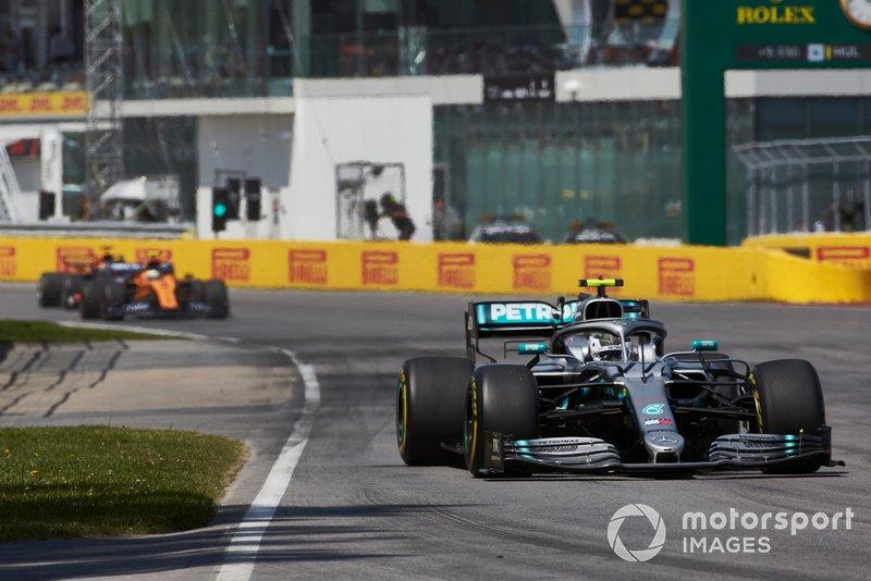 Valtteri Bottas, Mercedes AMG W10, por delante de Lando Norris, McLaren MCL34