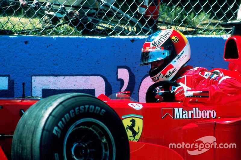 Michael Schumacher después de un accidente en el Muro de los Campeones
