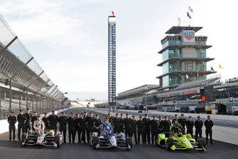 Simon Pagenaud, Team Penske Chevrolet, Ed Carpenter, Ed Carpenter Racing Chevrolet, Spencer Pigot, Ed Carpenter Racing Chevrolet pose for front row photos with Chevy engineers