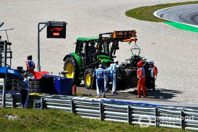 Los oficiales retiran el coche dañado de Valtteri Bottas, Mercedes AMG W10