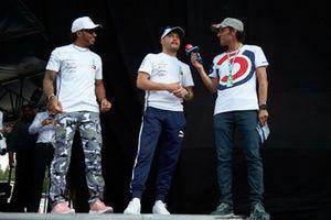 Lewis Hamilton, Mercedes AMG F1 et Valtteri Bottas, Mercedes AMG F1 sur scène dans la fanzone