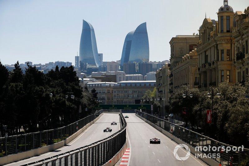 Kimi Raikkonen, Alfa Romeo Racing C38, devant Sergio Perez, Racing Point RP19