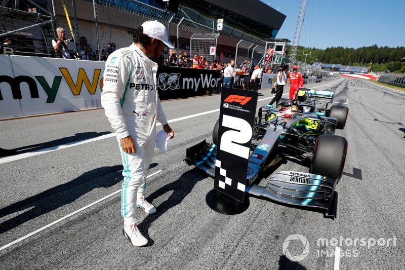 Lewis Hamilton, Mercedes AMG F1 guarda il segna posto della seconda posizione al Parc Ferme